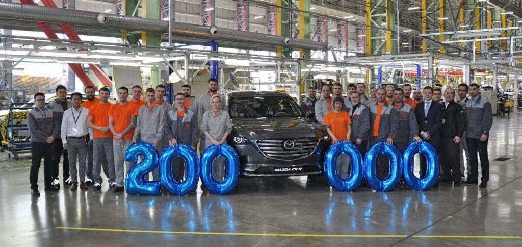 mazda sollers 200000 th car 2 1024x484 - Mazda выпустила в России 200-тысячный автомобиль